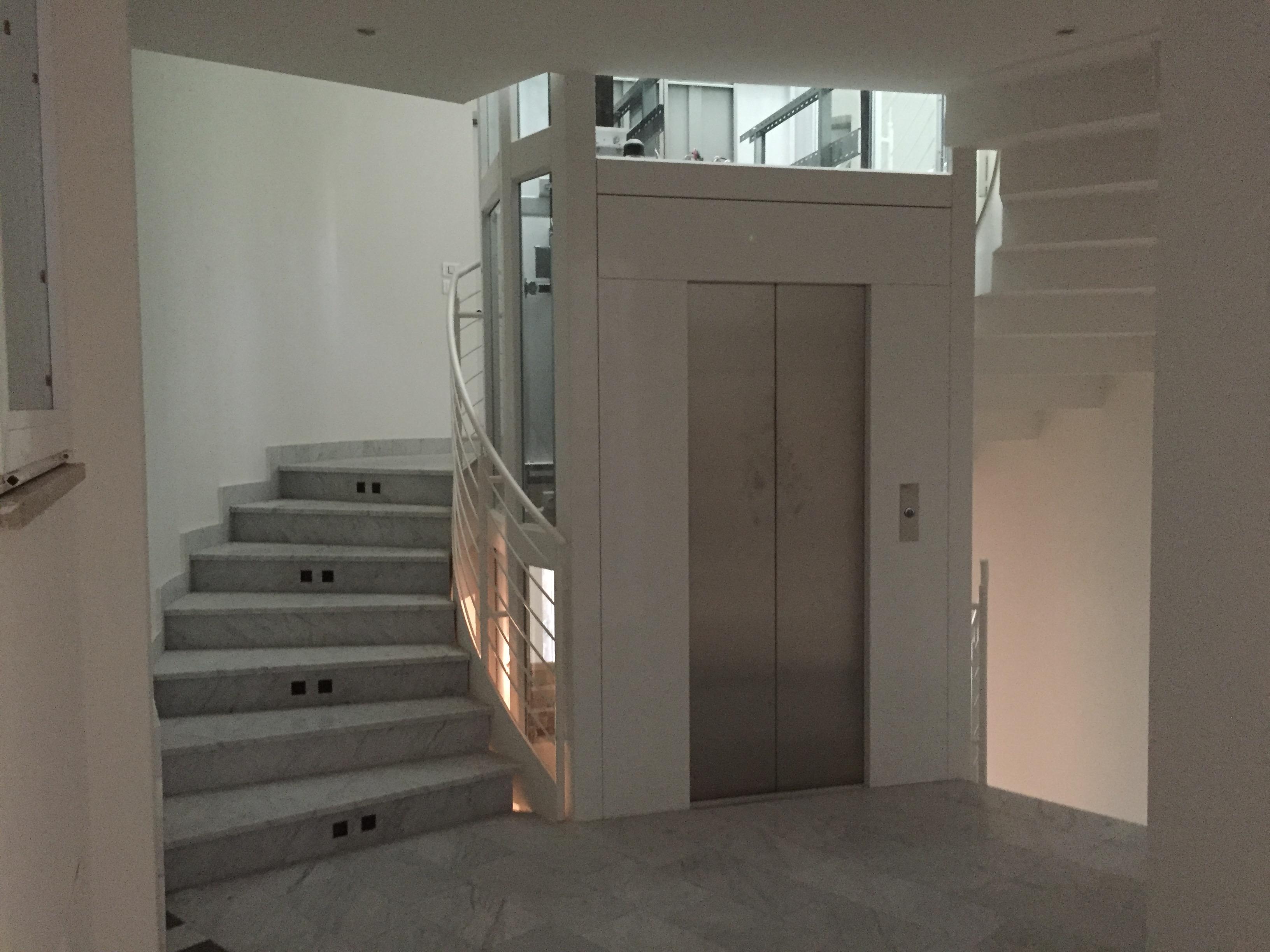 Ascensore con struttura in vetro bulgherini ascensori for Scala a chiocciola della cabina